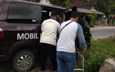Komitmen Melayani,  Tim AKu Sehat Gayam Rujuk Warga Desa Binaan