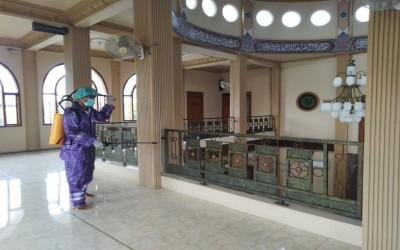 Cegah Covid-19, STIKes Insan Cendekia Husada Bojonegoro Bantu Lakukan Penyemprotan Desinfektan Masjid Baiturraham Kepatihan