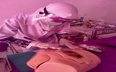 Dalam Masa pandemic Mahasiswa Tetap Lakukan Praktikum perawatan colostomi Dengan Protap Covid-19